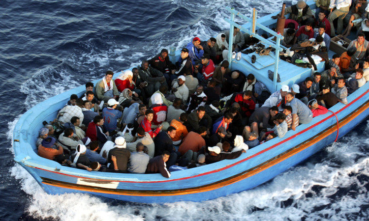 Schlepperboot vor Lampedusa (Photo by Marco Di Lauro/Getty Images)