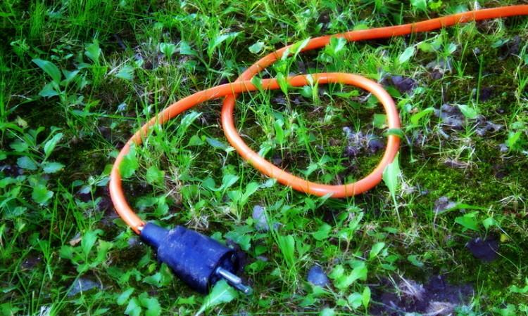 Kabel im Gras-001