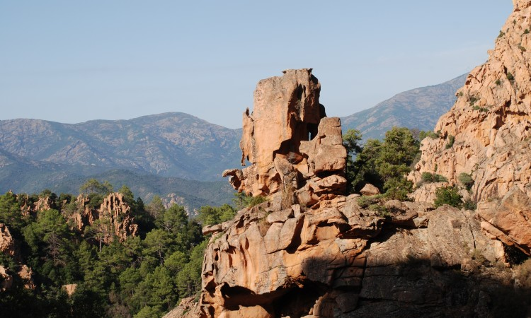 Ein mächtiger Tofanu-Felsen auf dem Weg von Porto nach Piani Foto ©Georg Dekas