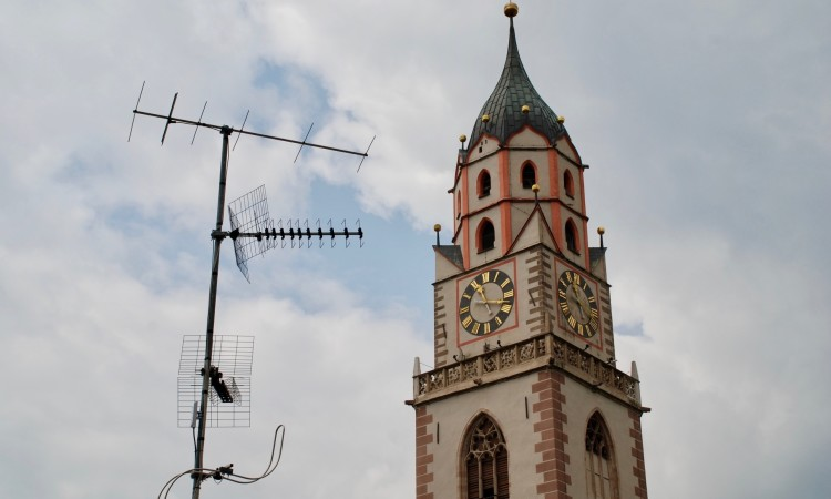 Meran - Medien gestern (Fernsehen) und vorgestern (Pfarr-Kirchturm) Bild G.J. Dekas