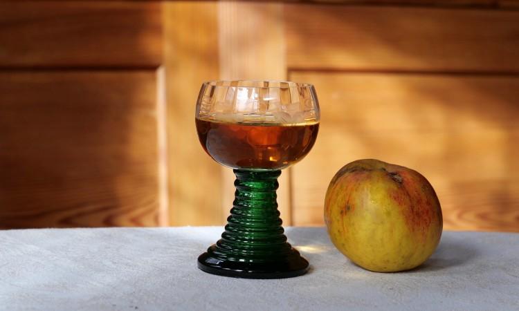 Wein und Apfel - Bild G.J. Dekas (c) 2020